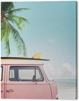 Obraz na Płótnie Vintage samochód zaparkowany na tropikalnej plaży (morze) z deski surfingowej na dachu