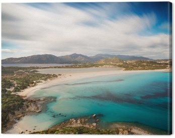 Widok pięknej zatoce z lazurowego morza od wzgórzu, Villasimius, Sardynia wyspa, Włochy, z długą ekspozycją przenieść chmury i jedwabiu nad morzem