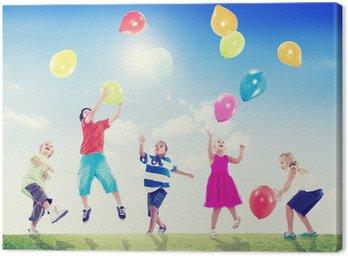 Obraz na Płótnie Wieloetnicznych dzieci gry z balonów na zewnątrz