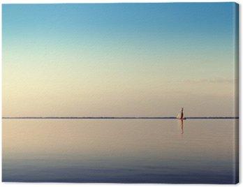 Woda krajobraz z białego łodzi żaglowej na spokojnych wodach w świetle zachodzącego słońca. Stonowanych i przetwarzania zdjęć.