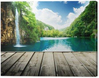 Obraz na Płótnie Wodospad w głębokim lesie w Chorwacji i drewna molo
