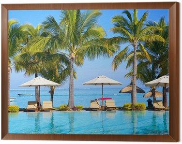 Obraz v Rámu Bazén se slunečníky na pláži na Mauriciu