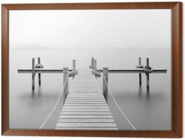 Obraz v Rámu Dřevěné molo na jezeře. Mlha. Dlouhé expozice. Černý a bílý.