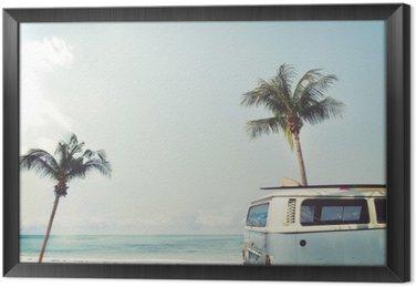 Obraz v Rámu Vintage auto zaparkované na tropické pláži (moře) s surf na střeše - volný čas výlet v létě