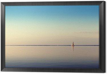 Obraz v Rámu Vodě terén s bílou plachetnici na klidných vodách ve světle zapadajícího slunce. Tónovaný a zpracování fotografií.