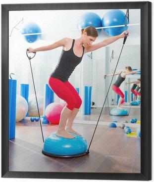 BOSU piłka do instruktora fitness kobieta w aerobiku