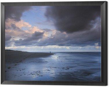 Obraz w Ramie Długi ekspozycji zdjęcia profesjonalny fotograf w akcji na pięknej plaży w samym środku burzy podczas zachodu słońca.