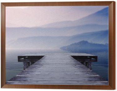 Obraz w Ramie Drewniane molo nad jeziorem, na miejscu w obliczu piękna góra na mglisty zimowy poranek