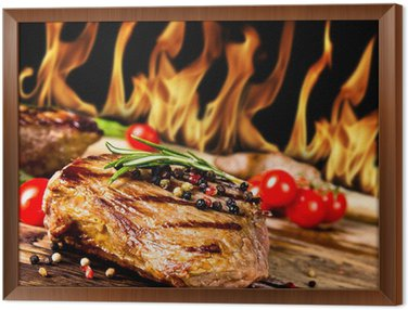 Obraz w Ramie Grillowane steki wołowe z płomieni na tle