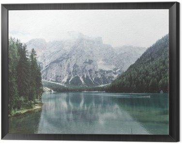 Obraz w Ramie Jezioro Braies z zielonym wody i gór z trees__