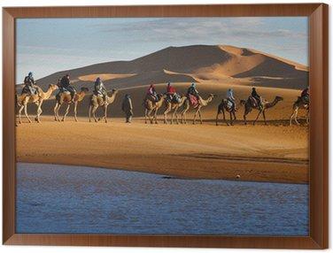 Karawana przejeżdżających turystów na wielbłądach pustynia jezioro
