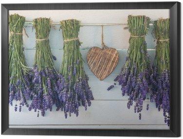 Lavender i drewniane serce na tle starych desek