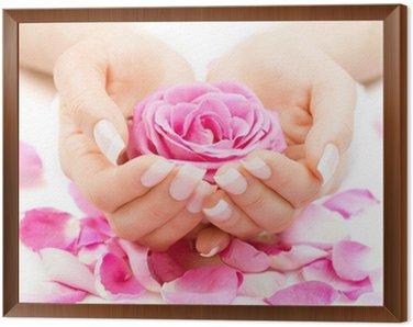 Obraz w Ramie Manicure i Hands Spa. Piękna kobieta Ręce Zbliżenie