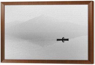 Mgła nad jeziorem. Sylwetka górami w tle. Mężczyzna pływa w łodzi z wiosła. Czarny i biały
