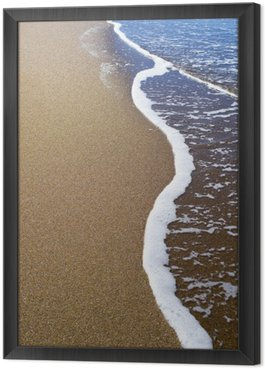 Miękkie fale błękitnego oceanu na piaszczystej plaży. Tło.