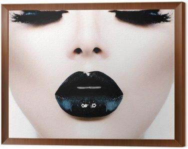 Obraz w Ramie Moda Uroda model dziewczyna z czarnym makijaż i długie lushes