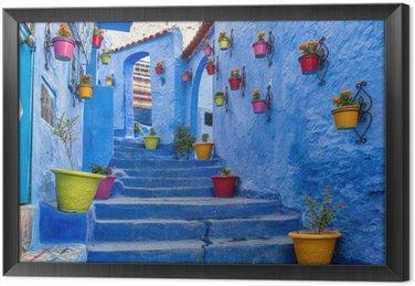 Obraz w Ramie Niebieski schody i ściany ozdobione kolorowymi doniczek, Chefchaouen medina w Maroku.