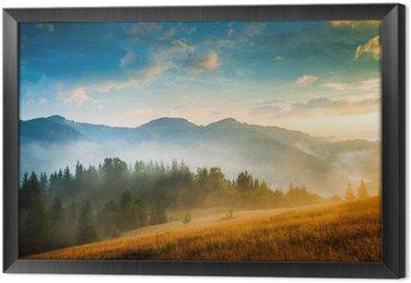 Obraz w Ramie Niesamowity krajobraz górski z mgły i stogu siana
