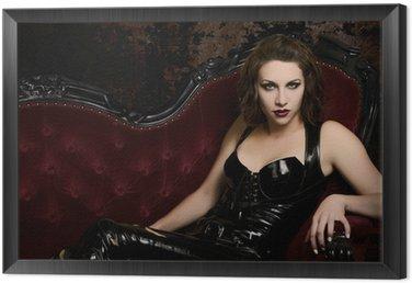 Piękna młoda kobieta w lateks Catsuit na klasyczne czerwone kanapy