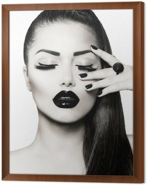 Obraz w Ramie Portret czarno-biały dziewczyna brunetka. modny manicure kawiorem