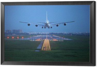 Obraz w Ramie Samolotem latać nad pasa startu z lotniska