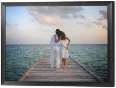 Obraz w Ramie Sensual szczęśliwa para w białego ubrania na molo (Malediwy)