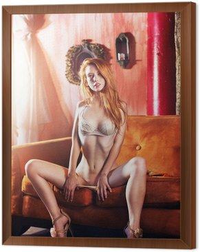 Obraz w Ramie Sexy redhead w bieliźnie na kanapie skąpy