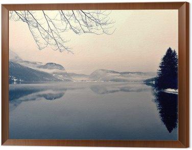 Obraz w Ramie Snowy zimowy krajobraz nad jeziorem w czerni i bieli. Obraz monochromatyczny filtrowany w stylu retro, vintage z miękki, czerwony filtr i trochę hałasu; nostalgiczna koncepcja zimowym. Jezioro Bohinj, Słowenia.