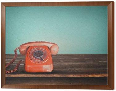 Obraz w Ramie Stare retro czerwony telefon na stole z rocznika zielonym tle pastelowych