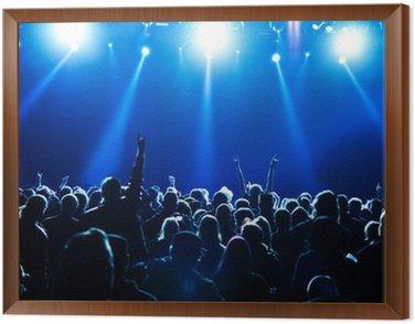 Obraz w Ramie Tłum koncert przed jasnych niebieskich świateł scenicznych