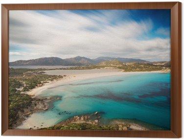 Obraz w Ramie Widok pięknej zatoce z lazurowego morza od wzgórzu, Villasimius, Sardynia wyspa, Włochy, z długą ekspozycją przenieść chmury i jedwabiu nad morzem