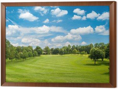 Zielone pole golfowe i niebieskiego nieba