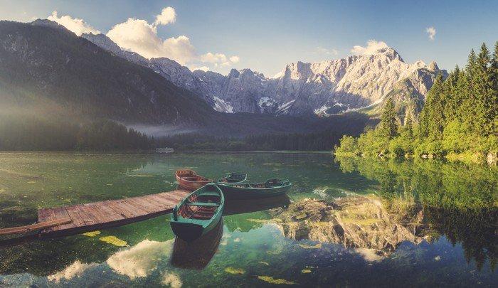 Omyvatelná Fototapeta Vysokohorské jezero za svítání, krásně osvětlené hory, retro barvy, vintage__ - Sport