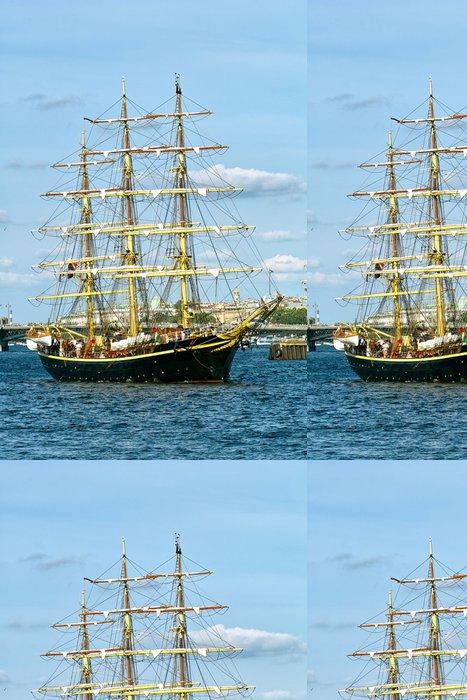 Papier Peint à Motifs Vinyle Voilier noir avec mâts jaunes à l'arrière-plan de ciel bleu - Bateaux