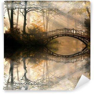Papier Peint Vinyle Automne - Vieux pont en automne brumeux parc