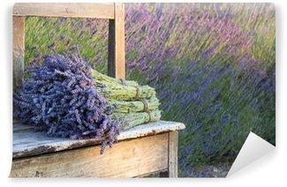 Papier Peint Vinyle Bouquets de lavande sur un vieux banc de bois