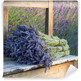 Papier Peint Vinyle Bouquets sur lavandes sur un vieux banc