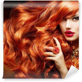 Papier Peint Vinyle De longs cheveux bouclés rouge. Fashion Woman Portrait