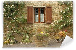 Papier Peint Vinyle Fenêtre idyllique avec des roses, bourg Volpaia, en Toscane