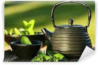 Papier Peint Vinyle Fer noir Théière asiatique avec des brins de menthe pour le thé