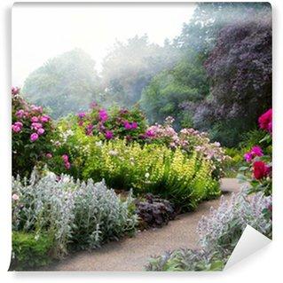 Papier Peint Vinyle Fleurs de l'art dans la matinée dans un parc à l'anglaise