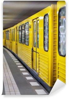 Papier Peint Vinyle Jaune du métro dans la station de métro. Berlin, Allemagne.