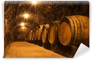 Papier Peint Vinyle Les fûts de chêne dans le tunnel de la cave vinicole de Tokaj, Hongrie