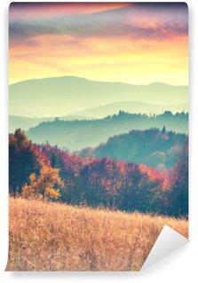 Papier Peint Vinyle Lever de soleil coloré d'automne dans les montagnes des Carpates.