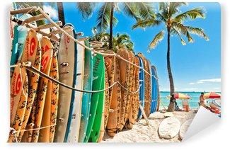 Papier Peint Vinyle Planches de surf dans le rack à la plage de Waikiki à Honolulu -