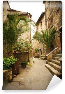 Papier Peint Vinyle Ruelle étroite avec de vieux bâtiments dans la ville médiévale italienne typique