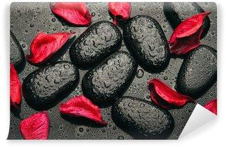 Papier Peint Vinyle Spa de fond. pierres noires et des pétales rouges avec des gouttelettes d'eau