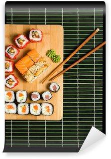 Papier Peint Vinyle Sushis japonais de cuisine japonaise traditionnelle. Rouler en fumé