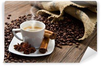 Papier Peint Vinyle Tasse à café avec sac de jute de grains torréfiés sur table rustique