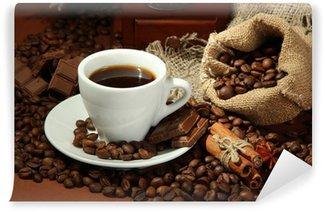Papier Peint Vinyle Tasse de café et grains de café sur fond brun